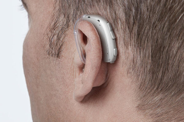 oticon xceed kulak arkası işitme cihazı erkek yandan görüntü